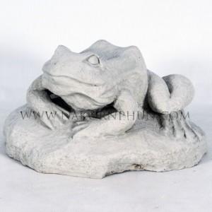 550_120_concrete_statute_frog_02